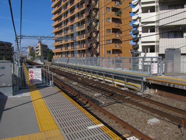 完成した都立大学駅の優等列車対応通路。