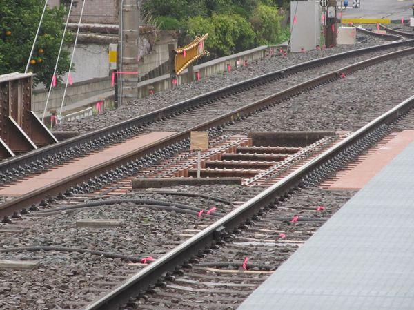 優等列車対応通路の先端には10両用の停車目標が設置された。(撮影当時は使用開始前のためガムテープで覆われていた。)