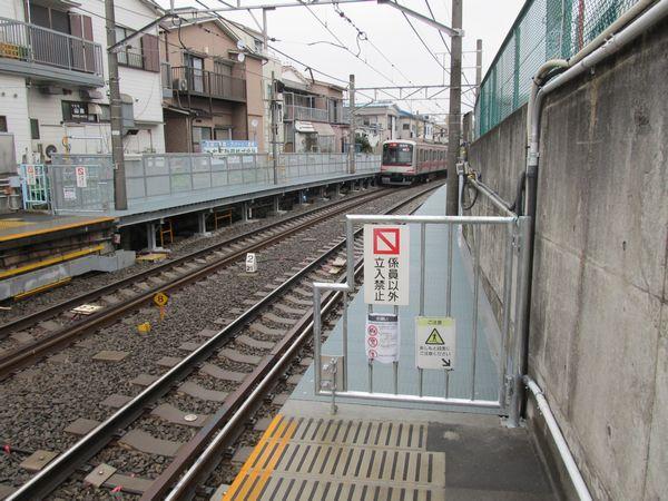強固な構造に全面改築された白楽駅の優等列車対応通路。