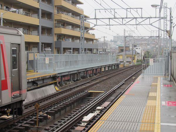 完成した東白楽駅の優等列車対応通路。