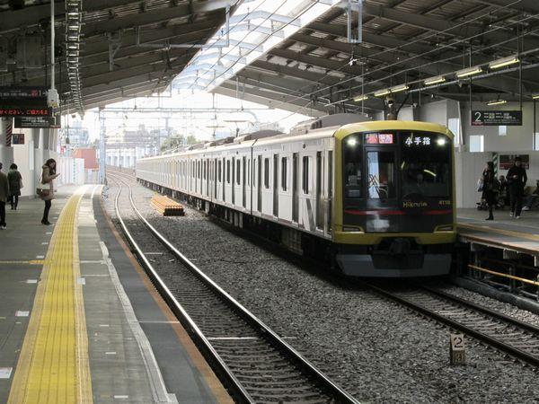手前が11月1日に付け替えられた下り線で、直線だった線路がカーブに変化したのがわかる。