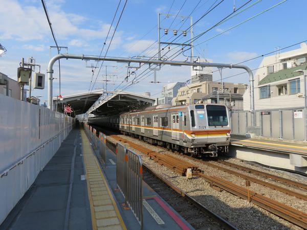 新上り線の使用開始準備が整った祐天寺駅。上り線ホームの先端はいつでも取り外せるよう床が木板になっている。