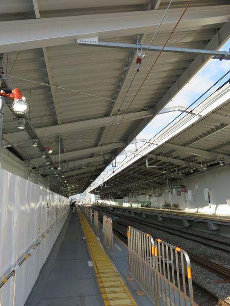 上り線ホームの真上には新上り線用の架線が張られている。