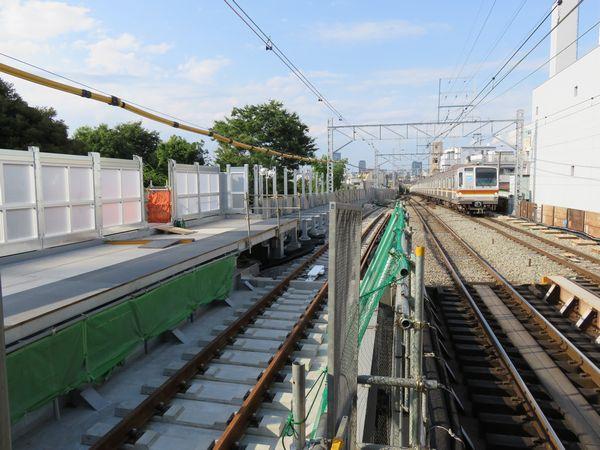 上り線ホームは渋谷方に延長される。ホームの先は「優等列車対応通路」が2両分設置。
