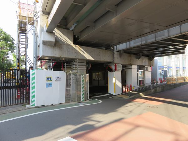 渋谷方高架下には駅前ロータリーから交番が移転した。