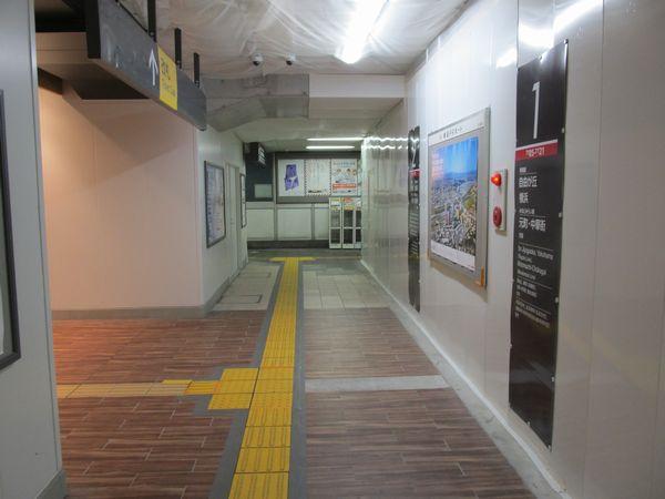 コンコース突き当たりのエレベータ乗り場には古い内装が残っていた。