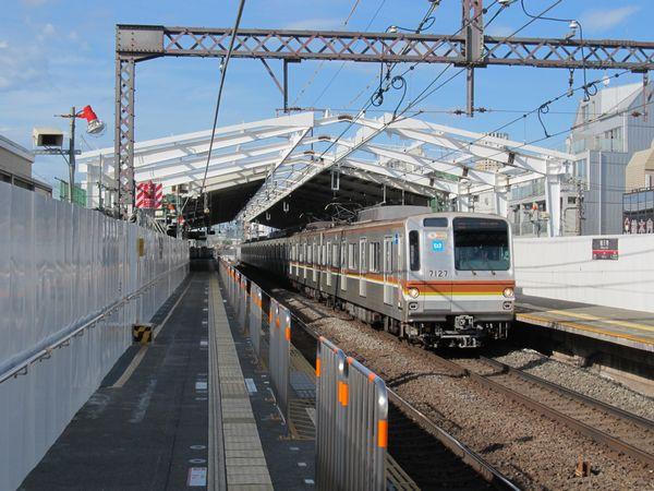 かさ上げされたホーム屋根。同時に屋根自体が横浜方に少し延長された。