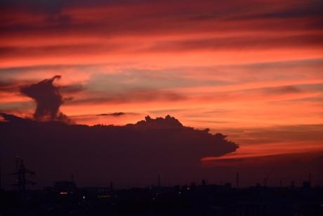 夕焼けの中の入道雲