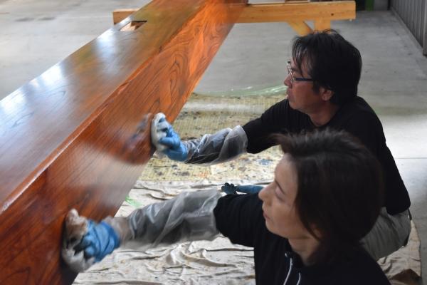 160903-大黒柱拭き漆仕上げ (3)