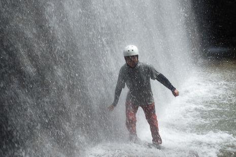 堰堤の水しぶきを浴びて