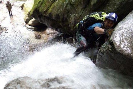滝登りは水圧との勝負