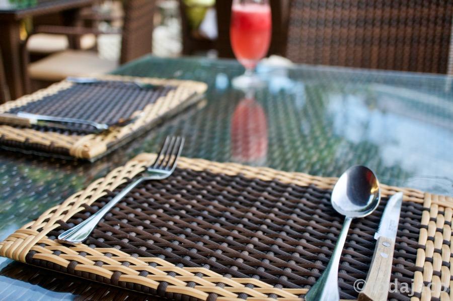 半外のフロアでテーブルセットが南国っぽい