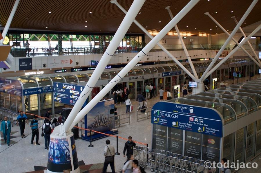 中2階からメインターミナルへ向かうエアロトレインの駅を眺める