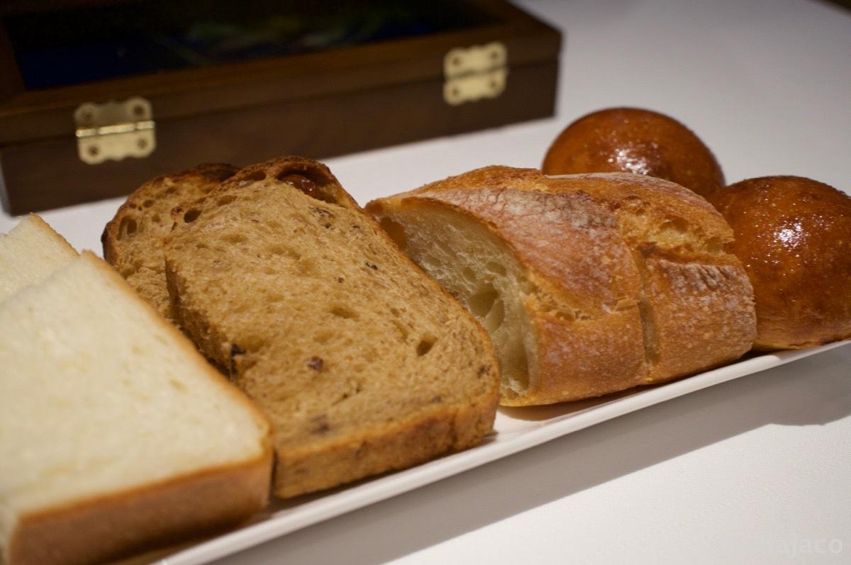 パンは食パン、カモミールのライ麦パン、バゲット、ブリオッシュ