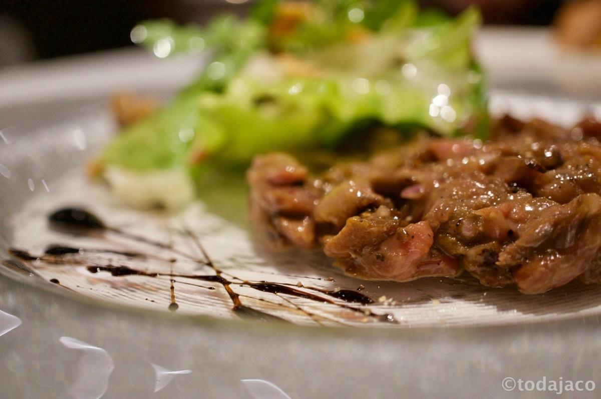 国産特上カルビのタルタル バルサミコ、リンゴとクルミのサラダ