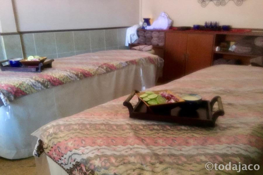 ベッドにはトリートメントのしつらえ