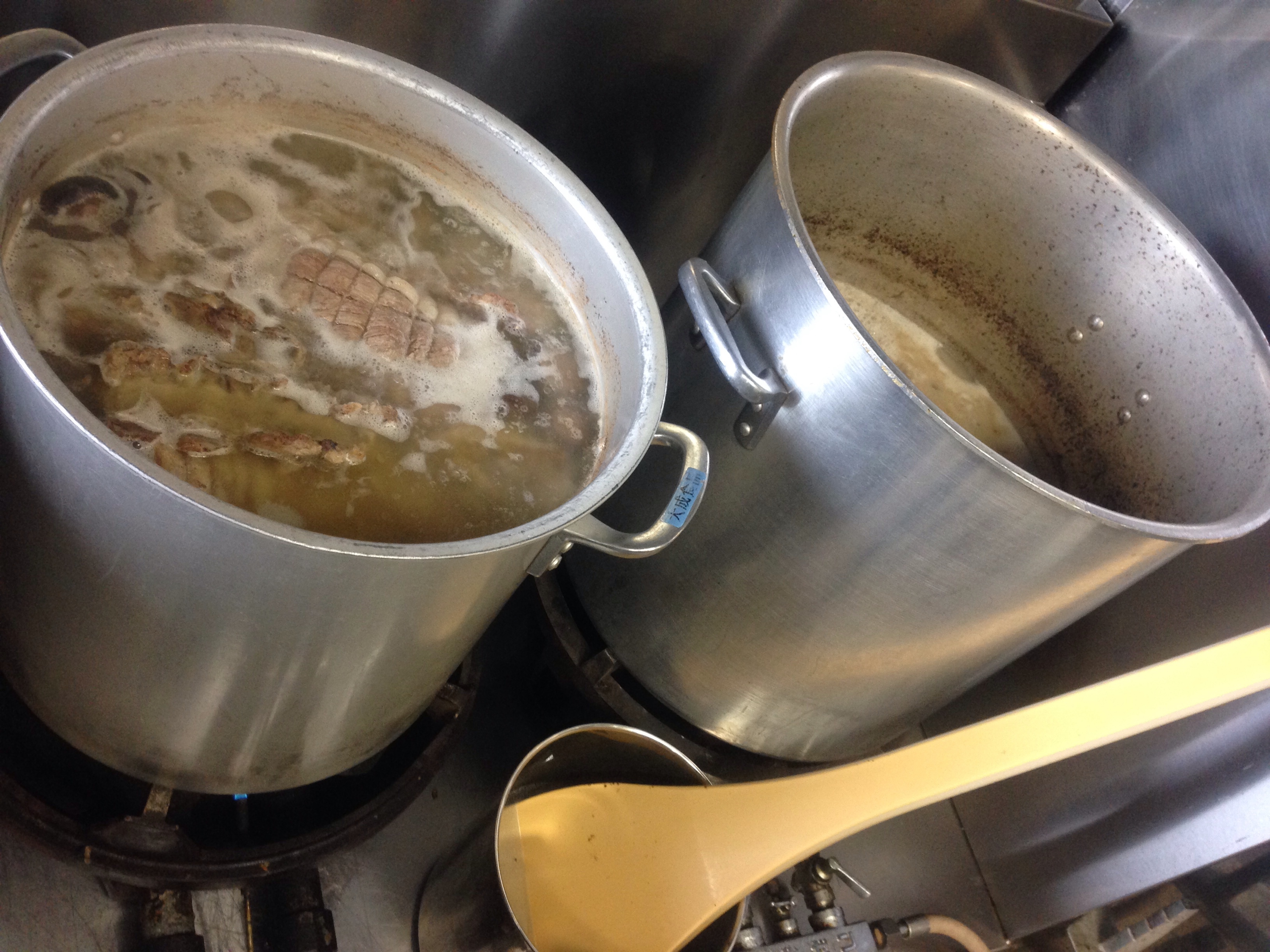 スープ仕込み中