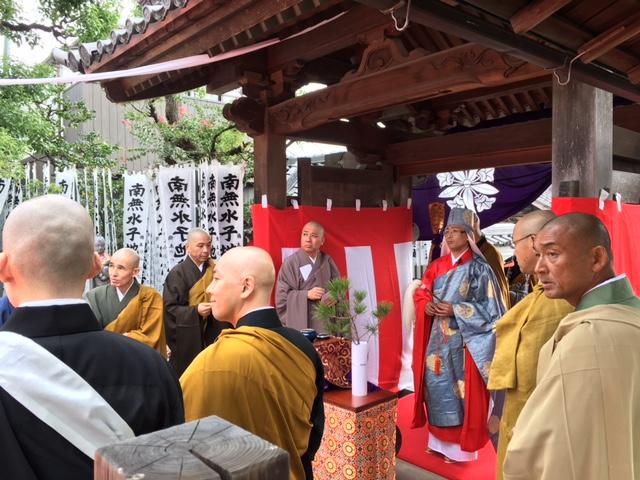 新命宗哲和尚が寺山門に到着し、いよいよ本堂へ。