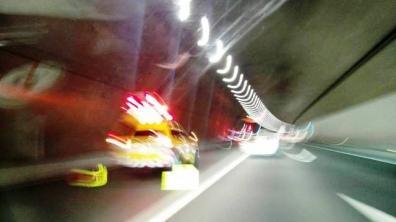 新清水JCT付近のトンネル内で路肩事故現場を携帯写メした写真