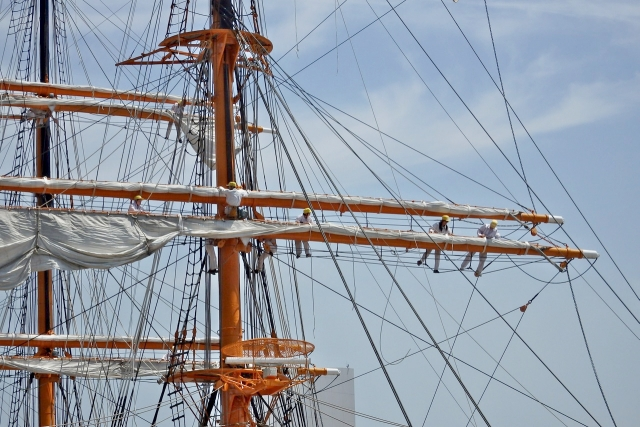 帆を張るボランティアの方々