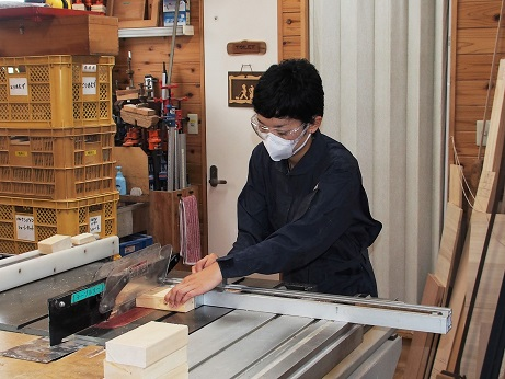 P8200644 母は木工