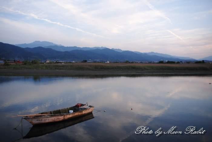 加茂川の小舟と石鎚山