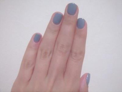 爪はブルー。