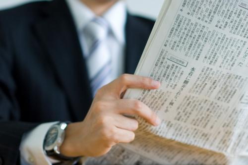新聞を読む学生