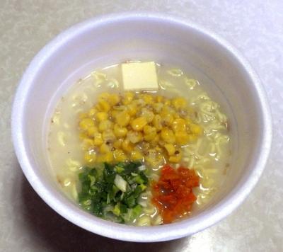 11/7発売 でかまる メチャ盛り! コーン塩バター味ラーメン(できあがり)