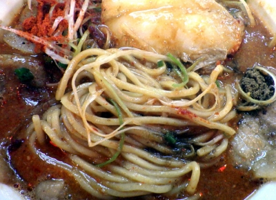 ひるドラ 鶴橋店 辛口炙り肉ソバ『味噌』(麺のアップ)