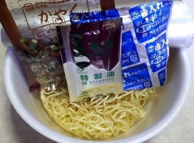 7/18発売 マルちゃん 正麺 カップ 黒マー油豚骨(内容物)