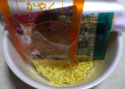 12/12発売 マルちゃん 正麺 カップ スープの極み 濃厚しお豚骨(内容物)