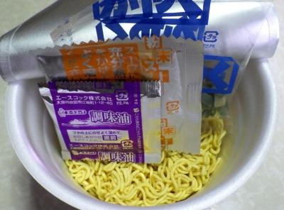 7/4発売 海のスーパーカップ1.5倍 焼えび香り立つ しょうゆラーメン(内容物)