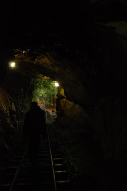 屋久島_荒川から縄文杉へ_素掘りのトンネル