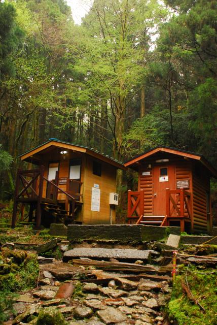 屋久島_荒川から縄文杉への登山道_立派なトイレ