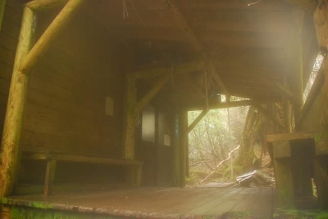 新高塚小屋_雨でレンズが曇っている