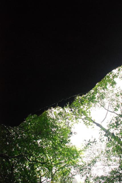 辻峠への登山道_大きな岩棚の下で雨宿り
