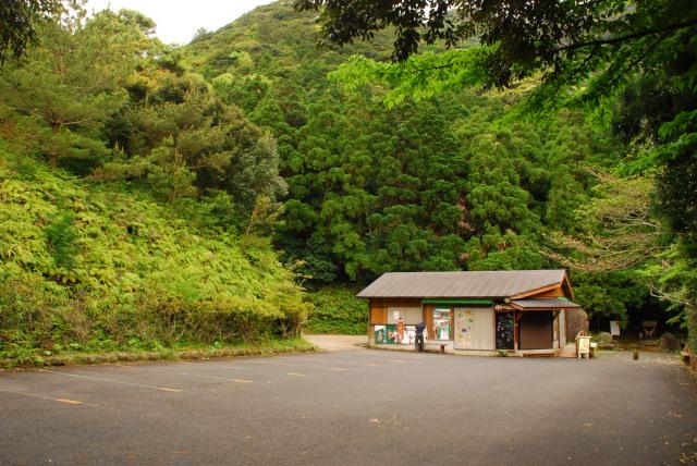 千尋滝の駐車場_売店の奥が登山者用駐車場