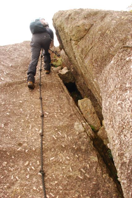モッチョム岳_山頂へ岩の割れ目をロープで登る