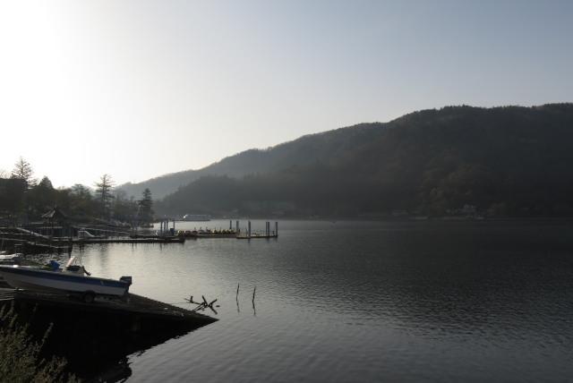 朝もやの中禅寺湖