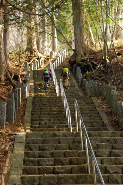 二荒山神社から男体山の登山口へ_いきなり長い石段
