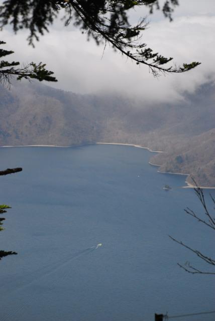 男体山の登山道から中禅寺湖を見下ろす_水面をボートが進むのが見える