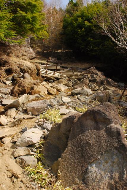 男体山の登山道_巨大な岩がゴロゴロ_ジグザグに登る