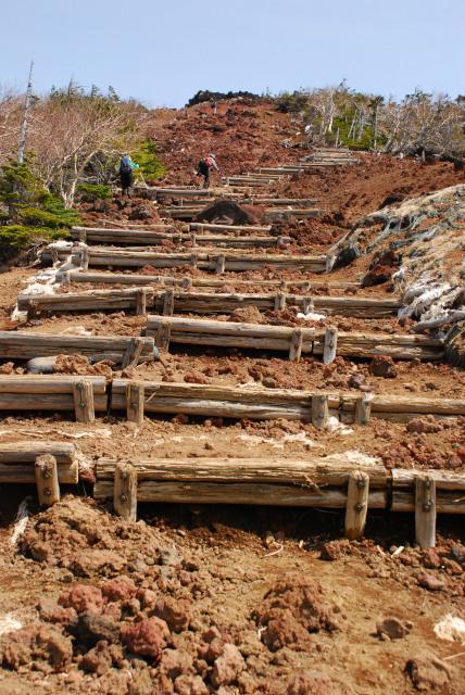 山頂直下の広い階段状の登山道_赤茶色の石がゴロゴロ