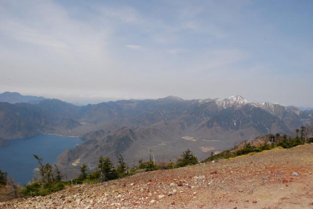 男体山の山頂からの眺め_戦場ヶ原と雪の奥白根山