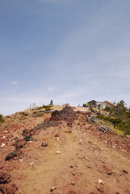 男体山の山頂_銅像と小屋が見える