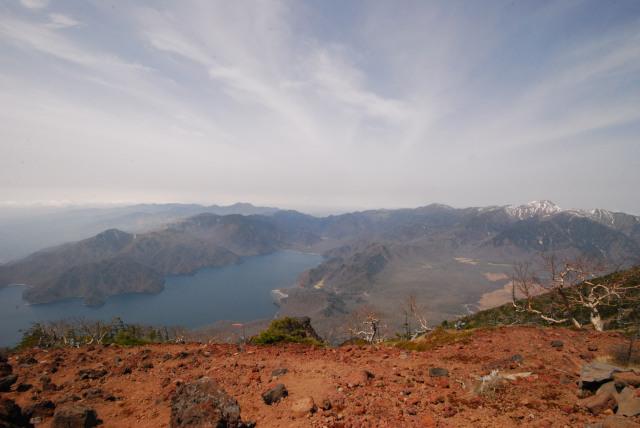 男体山の山頂からの眺め_中禅寺湖と戦場ヶ原_遠くに皇海山