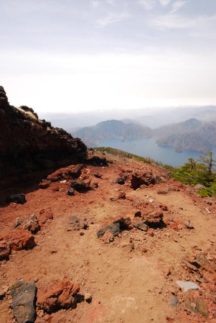 男体山の山頂直下_登りが緩やかになり中禅寺湖を見下ろす