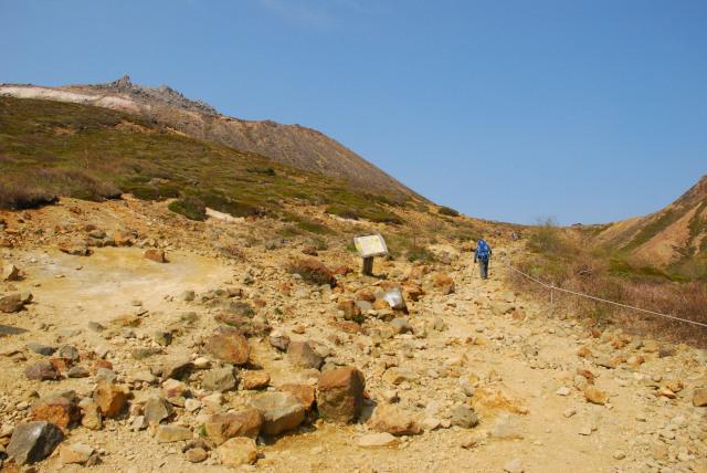 登山開始すぐに岩の荒涼とした眺め_前方に茶臼岳の山頂が見える