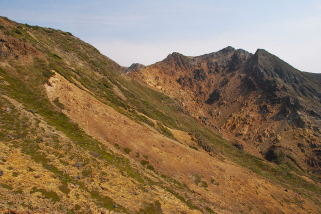 峰の茶屋小屋から朝日岳の山頂が見える